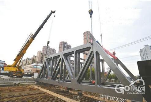 (华兴桥)改造现场,钢结构4片桁架全部安装完成,主梁进行现场焊接拼装.