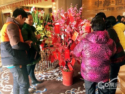 桃花树上挂满了大大小小的新年红包